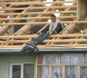 PROFIL SZKOLENIA WSTĘPNE I OKRESOWE BHP ANDRYCHÓW KĘTY WADOWICE przedstawia pracę niezgodną z BHP pracownika na dachu bhp na wysokości bhp