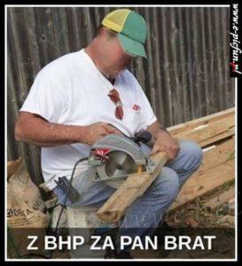 PROFIL SZKOLENIA WSTĘPNE I OKRESOWE BHP ANDRYCHÓW KĘTY WADOWICE przedstawia pracę niezgodną z BHP pracownika na stanowisku cięcia piłą do drewna bhp